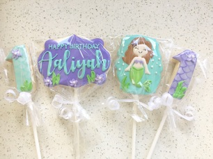 Mermaid themed cookie pops.