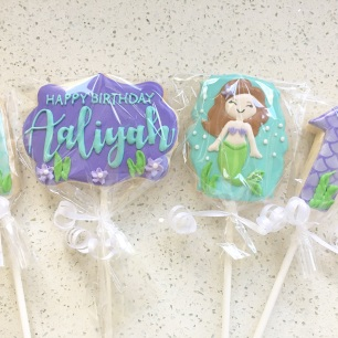 Mermaid cookie pops.